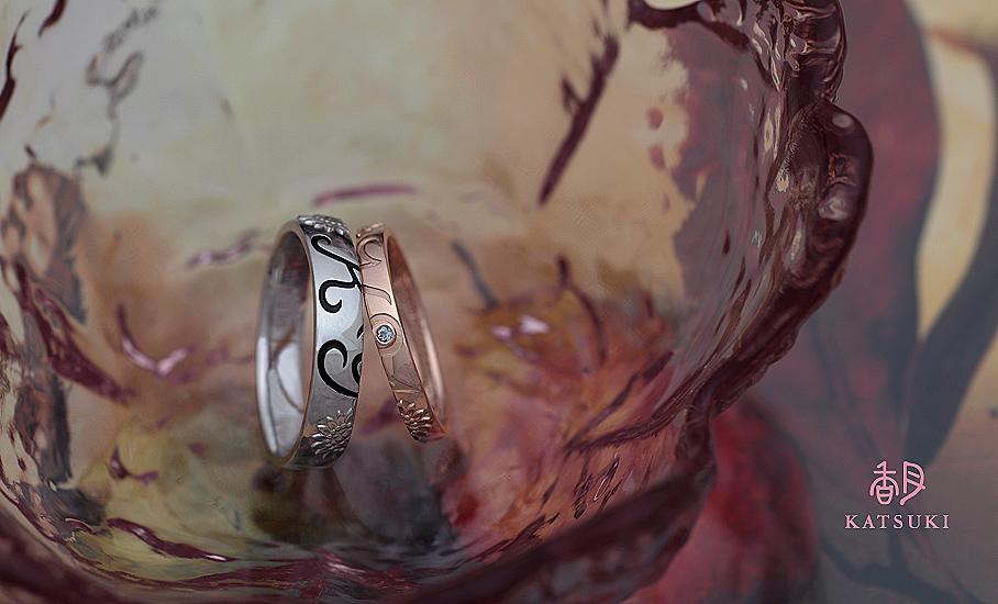 イニシャルとひまわりのデザインにアクアマリンが輝くフルオーダー結婚指輪
