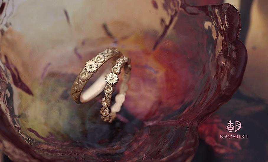 愛らしいガーベラに願いをこめたフルオーダー結婚指輪