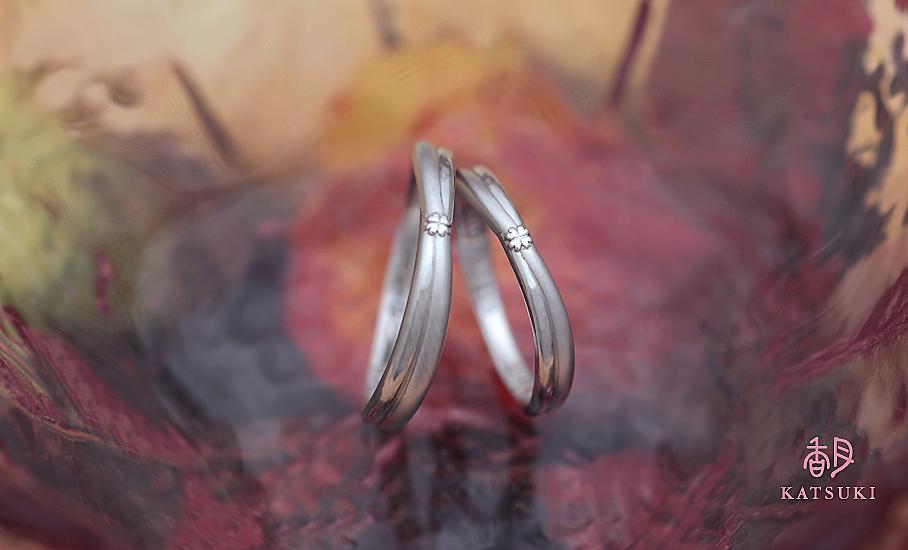 クローバーに願いを込めたフルオーダー結婚指輪