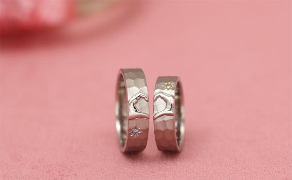 2本の指輪を重ね合わせると、ハートをカタチづくるふたりの手が浮かび上がります。
