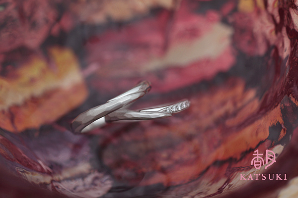 面取り(槌目)にダイヤモンドが煌めく結婚指輪☆プラチナ