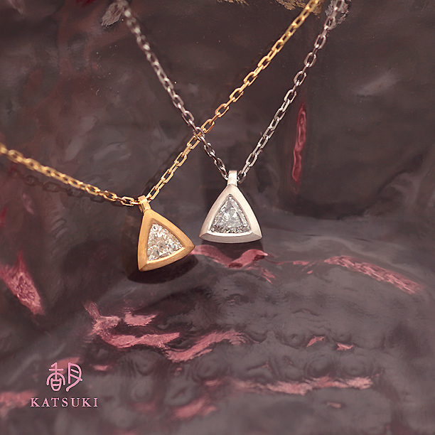 個性派ダイヤモンドが輝くトライアングルネックレス