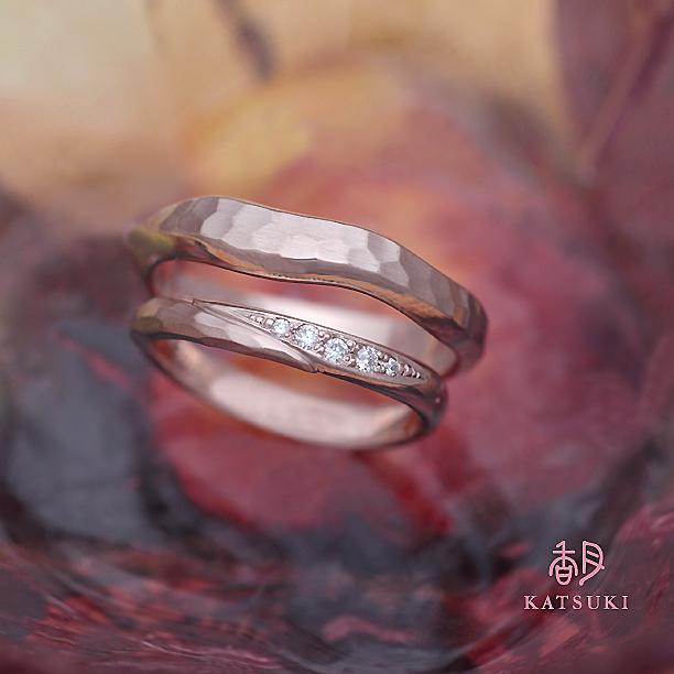 ピンクゴールドにダイヤモンドが輝く結婚指輪