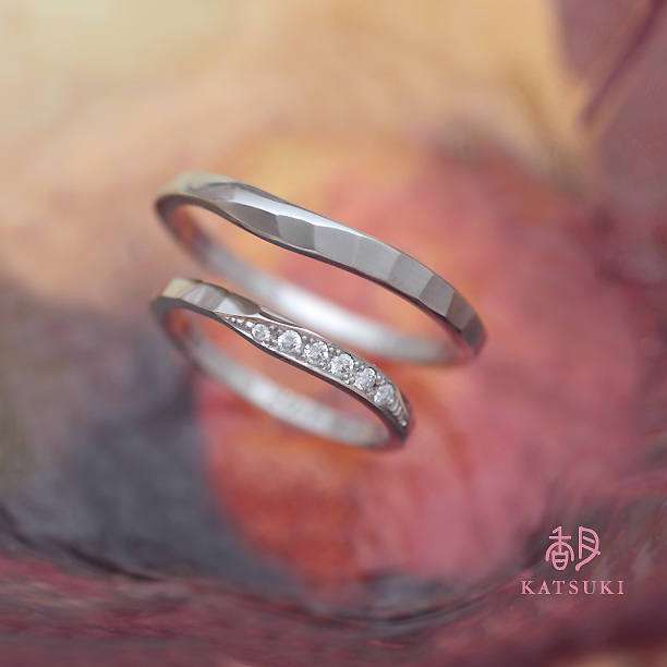 面取り(槌目)とダイヤモンドの組み合わせが魅力的な結婚指輪