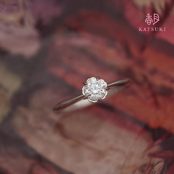 花びらに包まれてダイヤモンドが煌めく婚約指輪