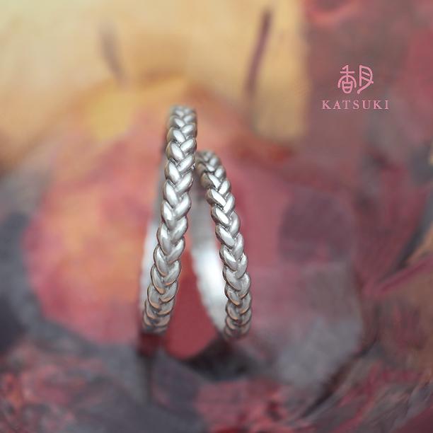 三つ編みにおふたりの絆が紡がれ続けることを願った結婚指輪