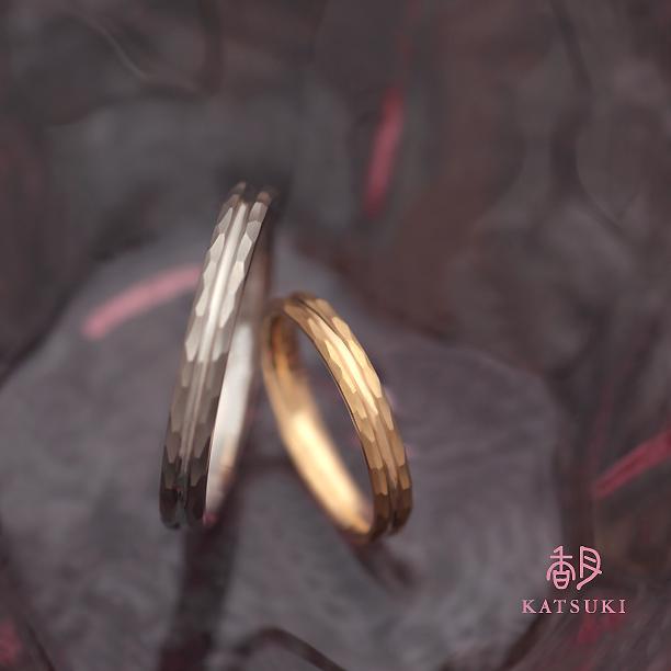 面取り(槌目)にひと筋のラインを走らせた結婚指輪