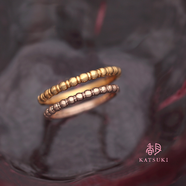 まるい粒のデザインが愛らしい結婚指輪