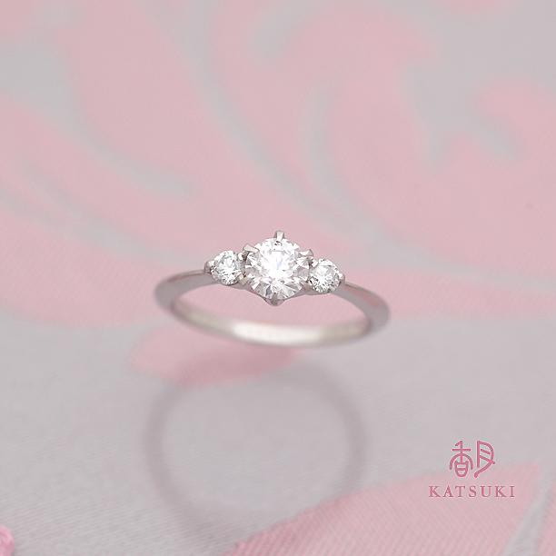 お誕生日に贈られた華やかな婚約指輪