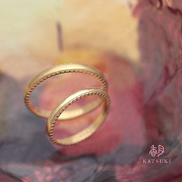 側面に輝きを灯した結婚指輪