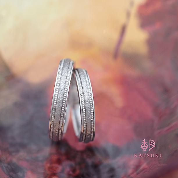 和紙のような慎ましい輝きを纏った結婚指輪