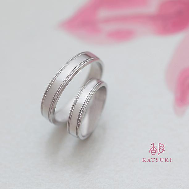 プラチナの重厚感とミルの輝きが魅力的な結婚指輪