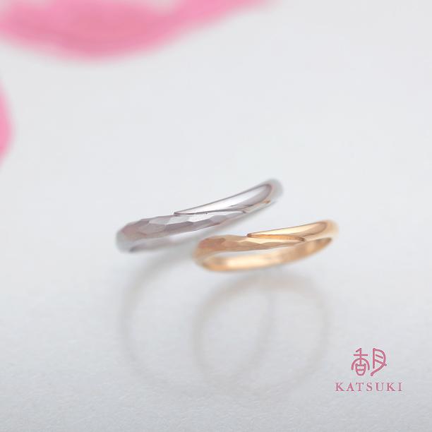 半周ずつデザインの異なる人気の結婚指輪