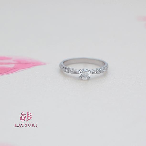 メレダイヤをちりばめた豪華なエンゲージリング