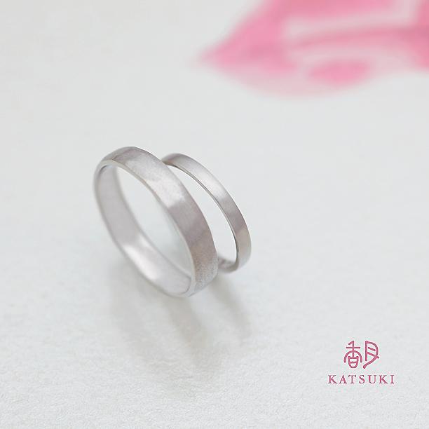 プラチナにつや消しマット仕上げを施した結婚指輪