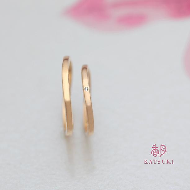 Sラインにダイヤモンドが輝く結婚指輪