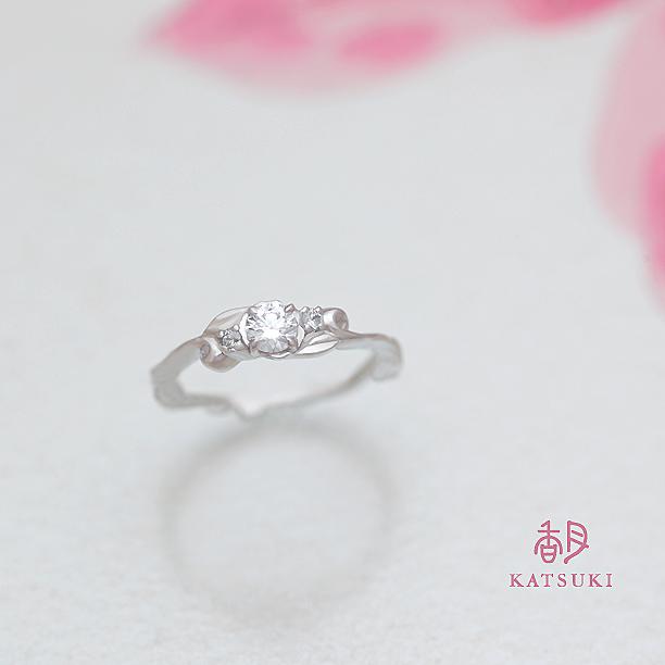 唐草が薬指を優しく包む婚約指輪