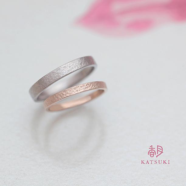 和紙のような質感が美しい結婚指輪