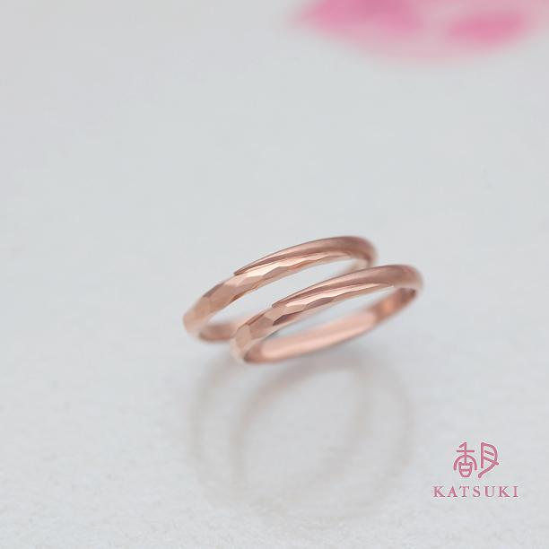 素肌にすっと馴染むピンクゴールドの結婚指輪
