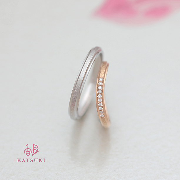 和紙のような慎ましい煌めきを秘めた結婚指輪