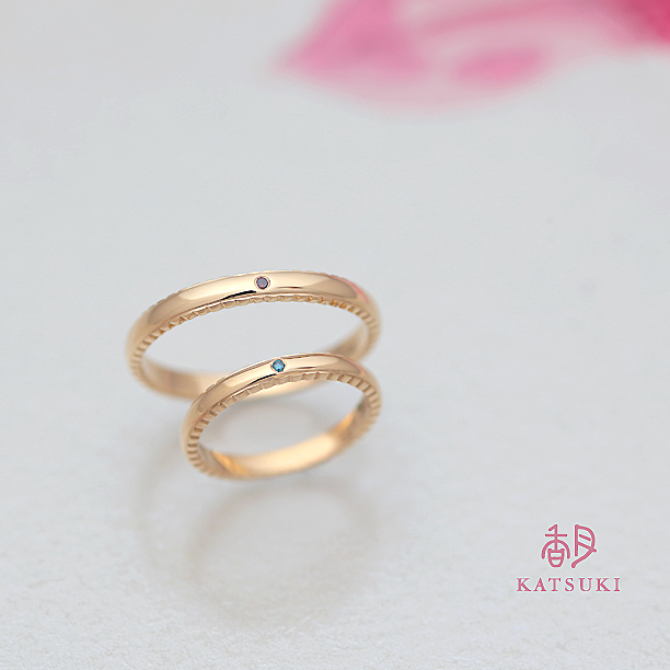 側面のデザインが個性的な結婚指輪