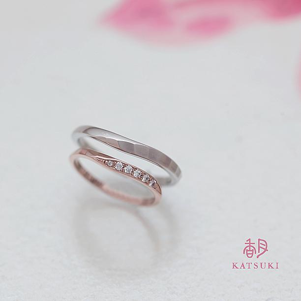 面取り(槌目)にダイヤモンドが煌めく結婚指輪