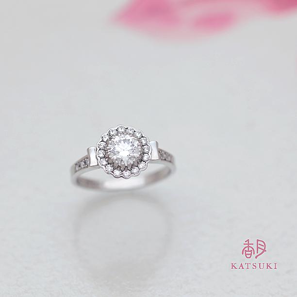 Total0.9ctを超える豪華な婚約指輪