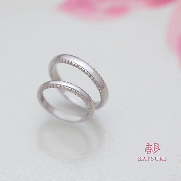 側面に個性を宿した結婚指輪