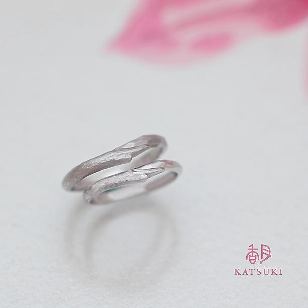 小枝の質感と面取り(槌目)がハーフハーフの結婚指輪