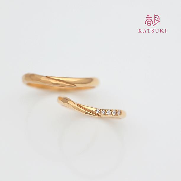 K20イエローゴールドにダイヤモンドが映える結婚指輪