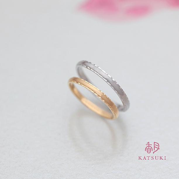 手仕事の彫りが輝きを灯す結婚指輪