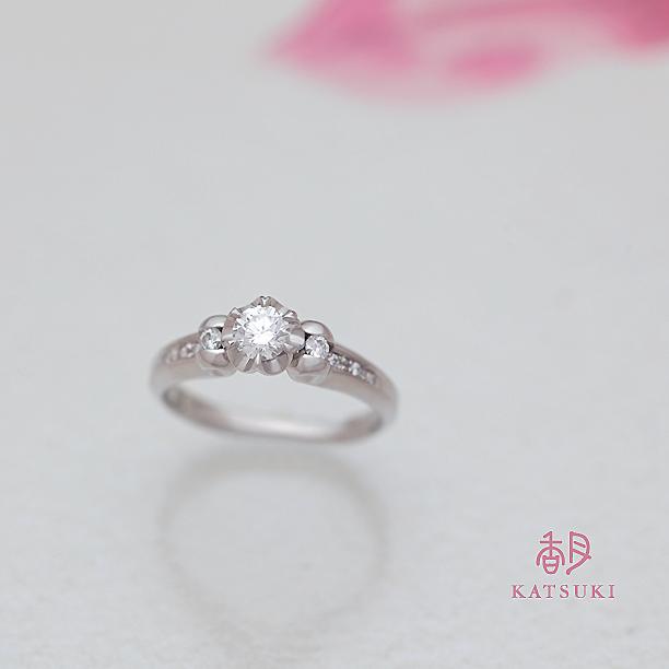 程良い立体感とボリューム感が魅力的な婚約指輪