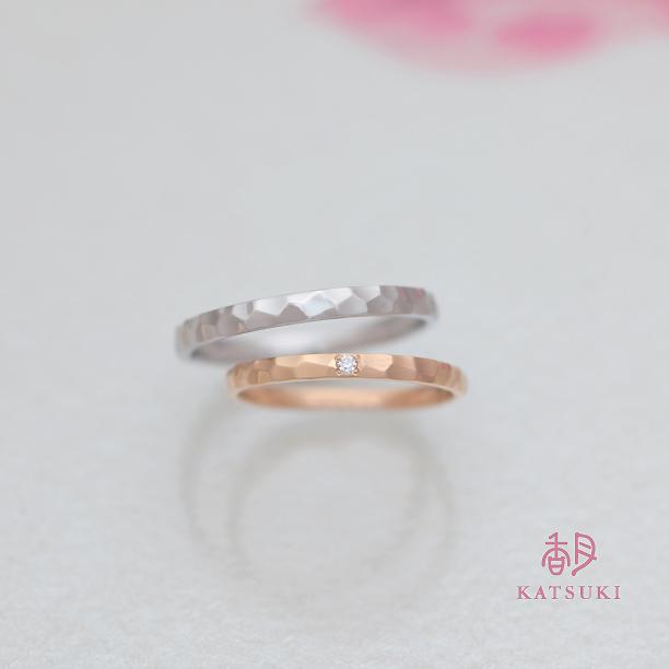 平打リングに面取り(槌目)を施した結婚指輪