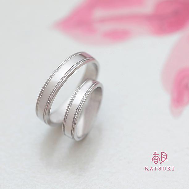 重厚感とミルラインの輝きが魅力的な結婚指輪