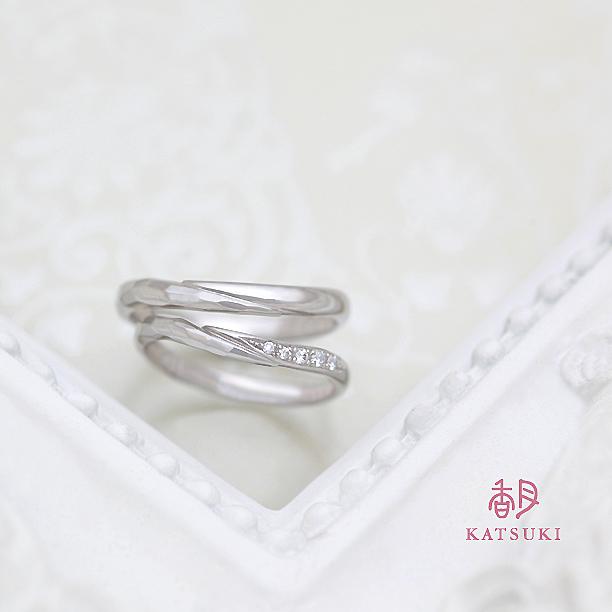ハーフハーフのデザインにメレダイヤをちりばめた結婚指輪