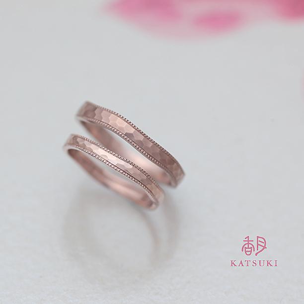 優しいリングラインに面取りを施した人気の結婚指輪