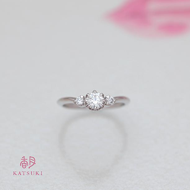 Vラインの華やかな婚約指輪