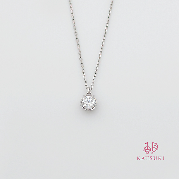 サプライズで贈られた0.337ctダイヤモンドの婚約ネックレス