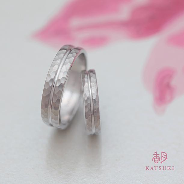 プラチナの重厚感が眩しい太めの結婚指輪