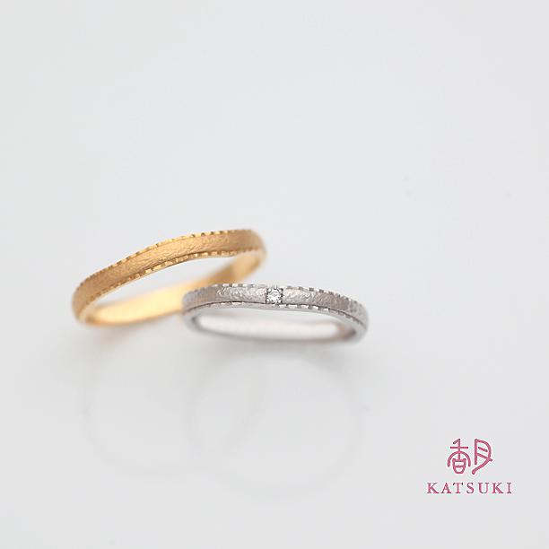 熟練職人の彫りが煌めきを宿す結婚指輪