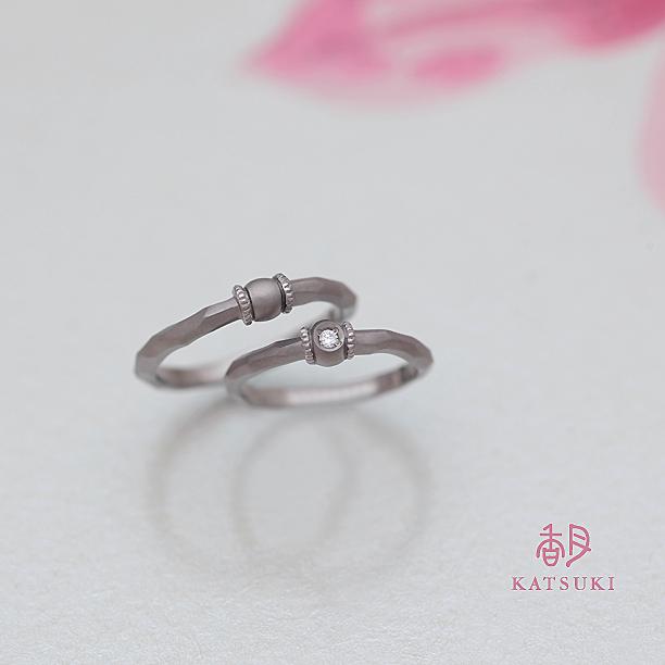 内側に誕生石が佇むホワイトゴールドの結婚指輪
