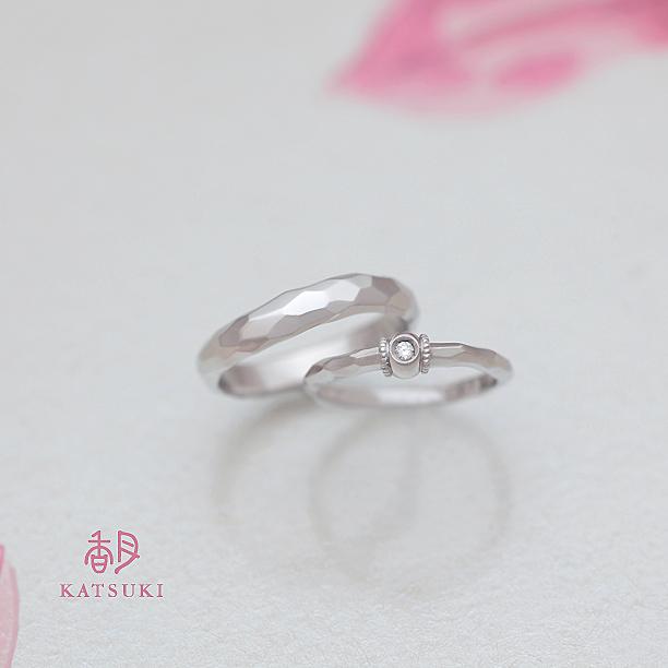 面取り(槌目)でペア感を演出した結婚指輪