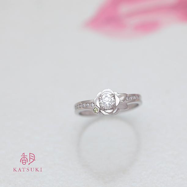 一輪のバラに誕生石が寄り添う婚約指輪