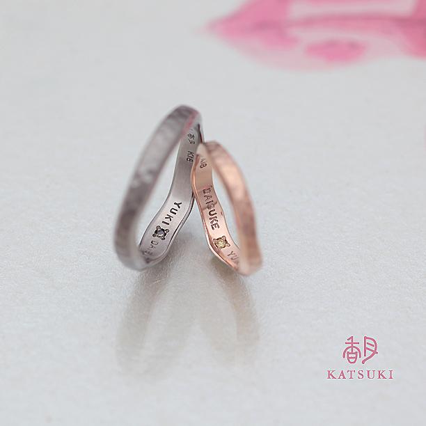 内側にイエローダイヤが添えられた結婚指輪