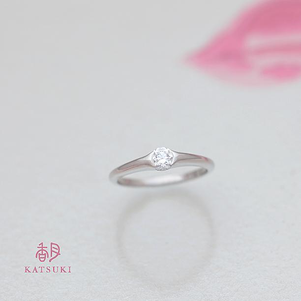 引っかかりを抑えたデザインの婚約指輪