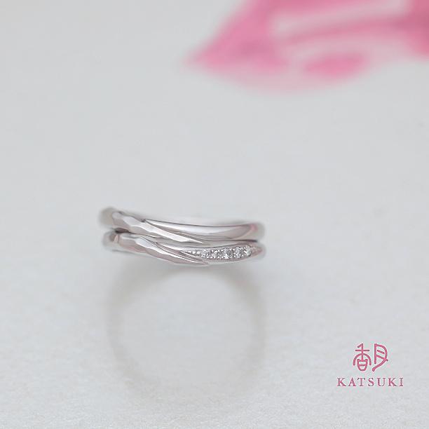 面取りとダイヤモンドを組み合わせた結婚指輪