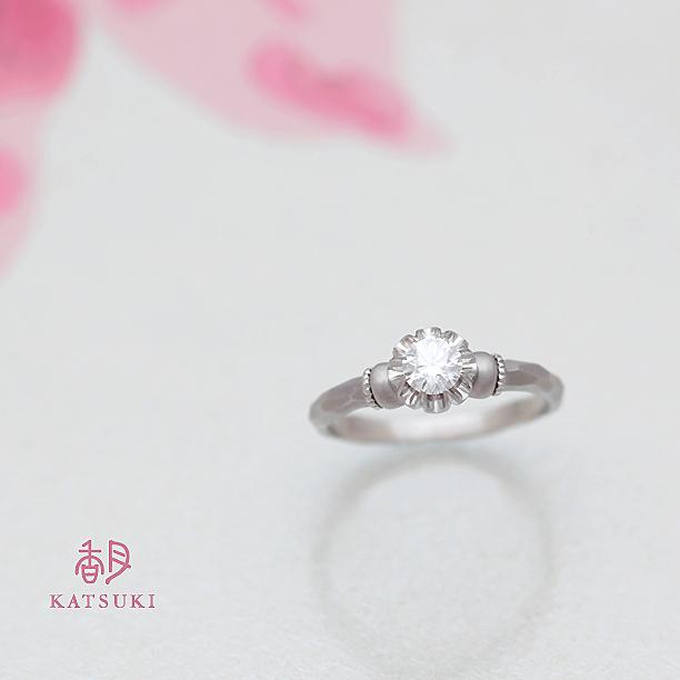 プラチナにつや消しマット仕上げを施した婚約指輪