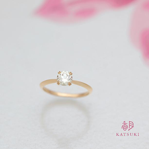 ダイヤモンドを留める爪に個性を宿した婚約指輪