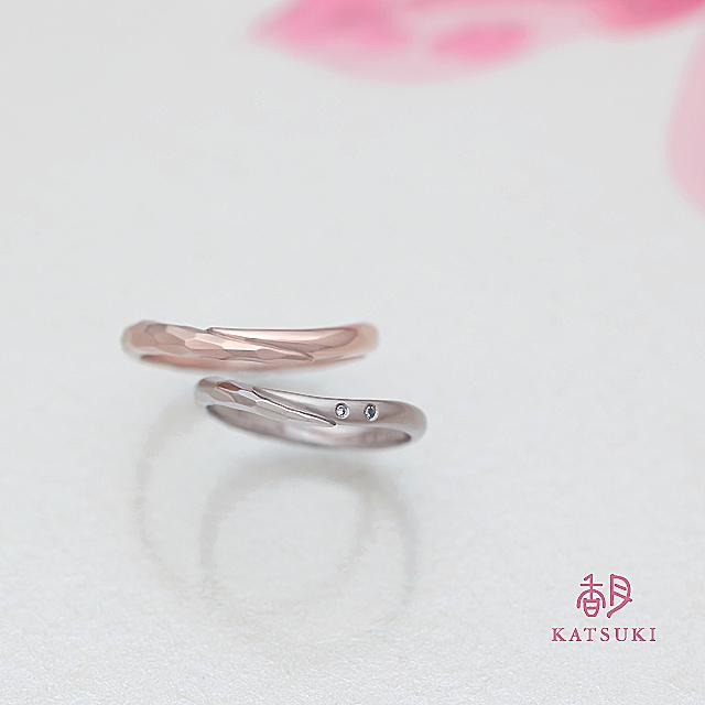 ホワイトとブルーのメレダイヤをプラスした結婚指輪