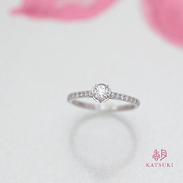 花びらがダイヤモンドを包む豪華な婚約指輪